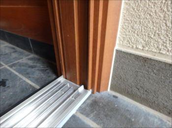 レールも枠もアルミ製なので腐朽の心配はありません。雨にも汚れにも安心の造りです。