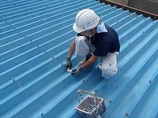 折半屋根のボルトキャップ劣化のため交換を行ってから塗装します。