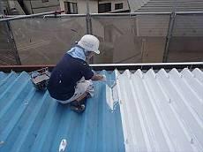 錆止め「ハイポンファインデクロ」で下塗りを行い、遮熱塗料クールタイトを塗布します。