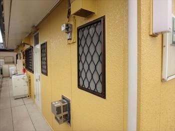 外壁は廊下を最も最後に塗装しました。足場がない箇所なので作業中動き易い反面、洗濯機や窓枠が多く、他の箇所よりも丁寧さが求められます。