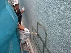外壁は洗浄後、下地補修。数カ所あるクラックを補修します。