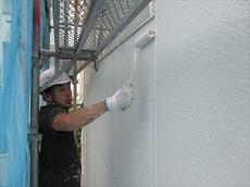 続いて外壁の中塗り・上塗り。既存と同じ白系ですがツヤの差は歴然です。