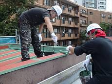 中塗り・上塗りはクールタイトSiで塗装。遮熱効果があるグリーン系です。