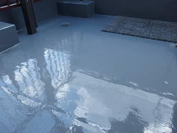 防水塗装を更新したバルコニー床。ピカピカです!