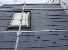 施工前の屋根。スレート葺きの屋根ですが雨漏りに悩まされています。