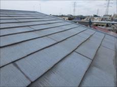 屋根の最頂部は緩やかな勾配になっています。傾斜が緩いと雨漏りしやすい傾向があります。