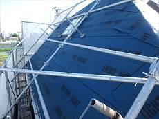 既存の屋根に防水紙を重ねて張ります。のり付きのアスファルトルーフィングです。