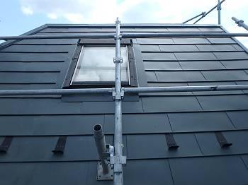 施工後の屋根。色はお客様指定のアイビーグリーンになり、雪止めも付いています。また雨漏りが発生しやすい天窓まわりは水切り板金を設置しています。