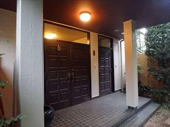 玄関の外壁もツヤが戻り、照明の光が反射して明るい空間を演出しています。