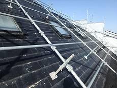 屋根は塗装が激しく剥がれ、各所の部材も損傷が見られました。広い上急勾配なので足場をかけています。
