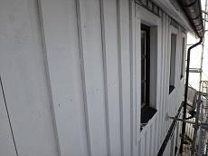 外壁は全面木板。白い外壁の為目立ちにくいですが、塗膜が剥がれている箇所が多く、塗り替え時と言えます。