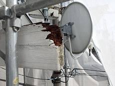 BSアンテナが設置されている梁も軒先からつき出ているためか腐朽が激しいです。欠落する前に、アンテナを移設し梁自体も補修します。