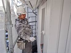 外壁・軒裏共に白のケンエースで2回塗りを施します。