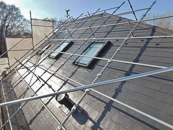 施工後の屋根です。塗装を施し棟板も交換、天窓枠も補修を行っています。