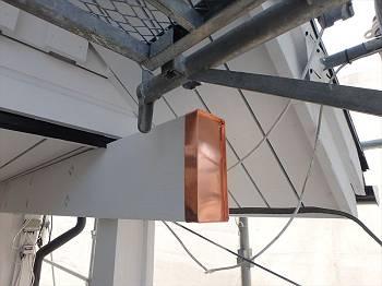 以前アンテナのあった梁は光工業さんが補修。突き出て腐食した部分は交換の上板金を取付けています。アンテナは右上の破風に移設しました。