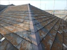 施工前の屋根です。 古い塗膜はほとんど剥がれ、コケが全体を覆っていました。