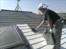 屋根の中塗りの様子。 クールタイトという遮熱塗料を使用しています。
