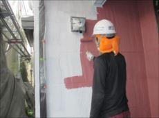 外壁の中塗り中です。 水性セラミシリコンという塗料です。