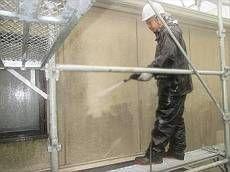 外壁の高圧洗浄中です。 コケが一気に落ちていきます。
