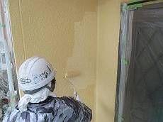 外壁の上塗り。 1階と2階を異なる色で塗り分けています。