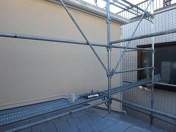 ベージュに塗装した施工後の2階の外壁。 コケに覆われていましたが、ご覧のとおり綺麗になりました。