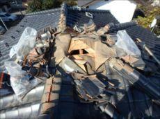 大屋根の頂部の瓦を外して下地を点検。防水紙の一部が破れていました。