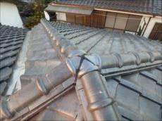 頂部の瓦は新しい物に交換し、シールを打って補修完了。