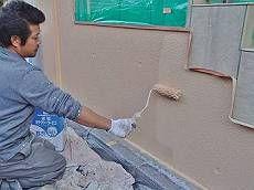 外壁塗装(玄関)の様子です。 下塗り・中塗り・上塗りの3回塗りを施します。