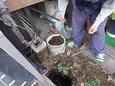 1階フェンス交換工事の様子。 まず既存の木部フェンスと基礎石をお庭を処理しながら撤去します。