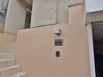 施工後の玄関の外壁です。白系の塗装で雨垂れが目立っていた箇所も、ベージュに塗装。落ち着いた色に仕上がっています。