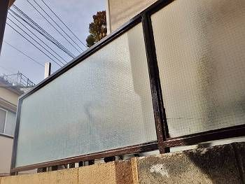 施工後の目隠しフェンスです。錆びて傷んだ鉄部をチョコレート色で綺麗に塗装しています。