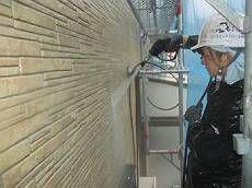 クリアー塗装は既存の外壁の状態をそのまま残すため、高圧洗浄が非常に大切です。落とせるコケ・汚れは余さず徹底的に洗浄します。