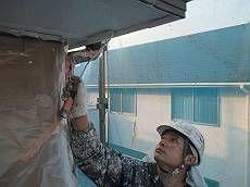 軒裏は白のケンエースで塗装。ツヤの輝く外壁との相性は抜群です。