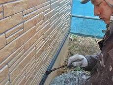 基礎水切りは黒系(N-15)で塗装。輝く外壁とのメリハリが効いています。