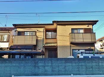 クリアー塗装で施工前の外壁の状態を維持しつつも、ツヤを取り戻し、日に当たると黄金色に輝く素敵な外観に仕上がっています。