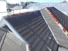 屋根の棟板が錆びてかなり劣化が進んでいます。