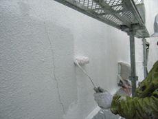 施工開始です。外壁の下塗りをしていきます。