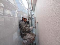 外壁の中塗りです。淡いピンクでイメージチェンジしていきます。