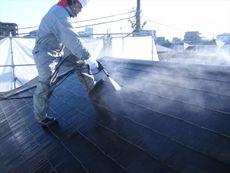 屋根を高圧洗浄して汚れを落とし綺麗にします。