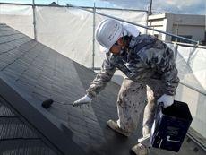 下塗りが終わりましたら、次は上塗りをして綺麗な屋根にしていきます。