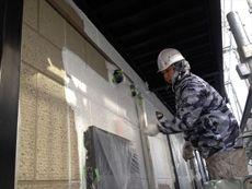 外壁の塗装に取り掛かります。下塗り作業です。