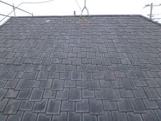 大きな屋根は色褪せや劣化が見られます
