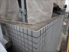 門塀のエフロレッセンスの原因はこの天端処理。雨水を凌ぐ処理が施されいないため、門塀内部に雨水が侵入し、タイル目地より排出される際にコンクリート内の石灰成分も一緒に流れ出してしまいます。