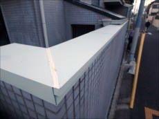 門塀の天端にカラー鋼板で笠木を取付けました。これで雨水の侵入を防げます。