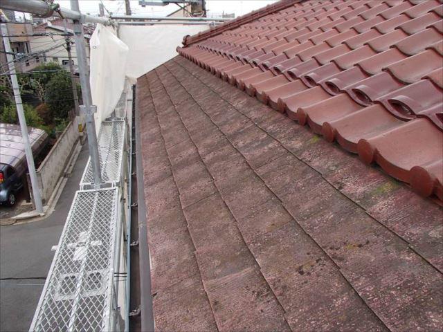 大屋根はほとんど瓦ですが、軒先部分のスレート屋根は塗り替えます。