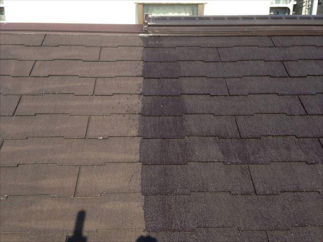 屋根の下塗り中です。右側が下塗りした部分です。