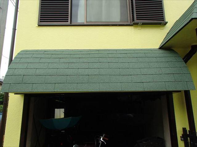 玄関屋根はシングル屋根をすべて貼り替えました。大屋根の色に合わせて明るいグリーンを選びました。