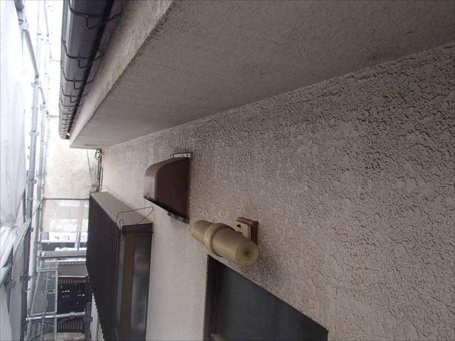 吹き付けタイルの外壁にはけっこう頑固な汚れが付着しています。