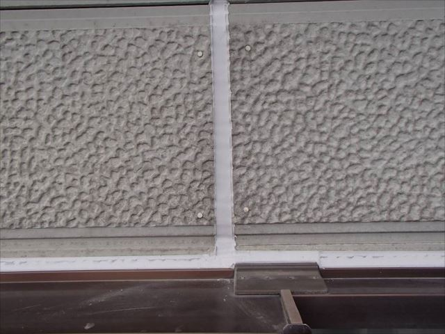 外壁塗装前にサイディングパネルのシールを打ち替えました。