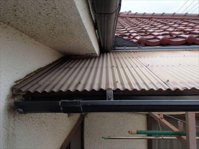 バルコニーの屋根は波板屋根です。かなり傷んでいました。